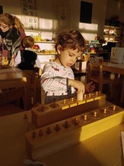 Arbeiten mit Montessori-Material